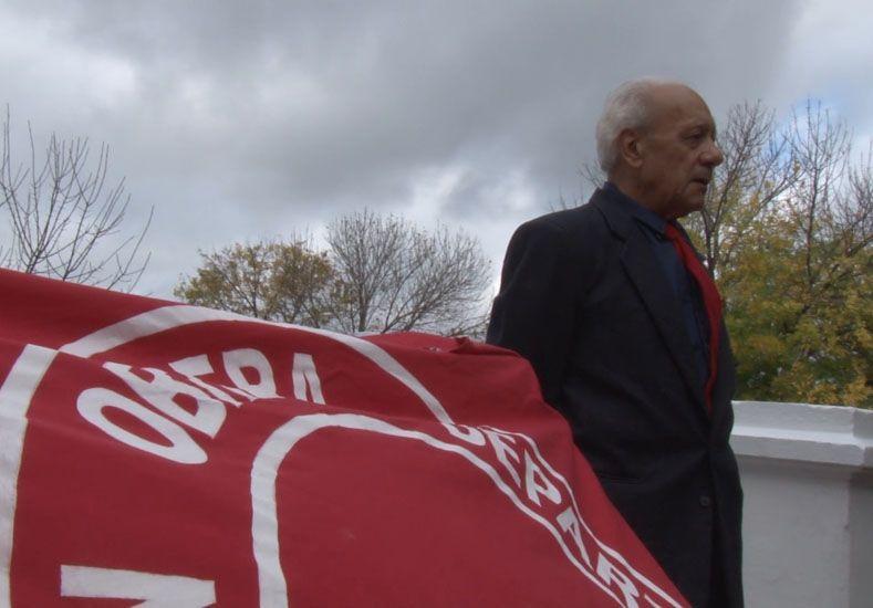 Protagonista. Ateo Jordán preserva la bandera que portaban los obreros en ese sangriento día.