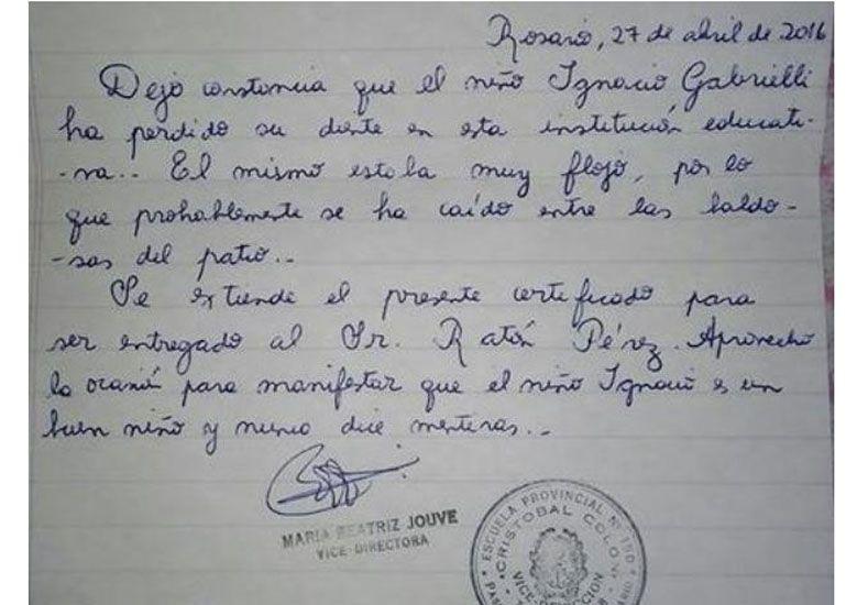 Tiene 6 años, perdió su diente en la escuela y su maestra le escribió una constancia al Ratón Pérez