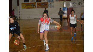 Las chicas orientadas por Cristian Gómez entrenaron ayer en su gimnasio a la espera del choque.   Foto UNO/Mateo Oviedo