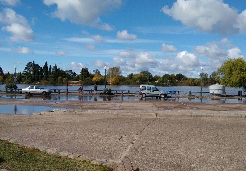 Tendencia. El río baja lentamente en la costa de Gualeguaychú.