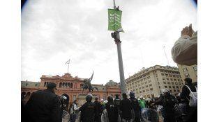 Detuvieron a 35 activistas de Greenpeace tras una protesta frente a la Casa Rosada
