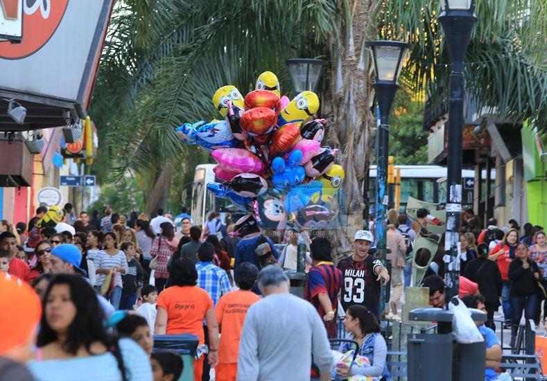 Aprovecharon. Los pocos momentos de sol fueron la oportunidad para quienes venden en la calle.  Foto UNO/Diego Arias