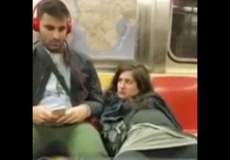 Una chica se masturba en subte y le pide una mano a un pasajero