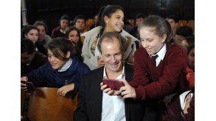 El gobernador se sacó fotos con los estudiantes hoy por la mañana. Foto prensa gobernación.
