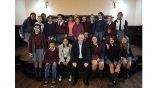 El gobernador con los estudiantes del gobierno nacional.