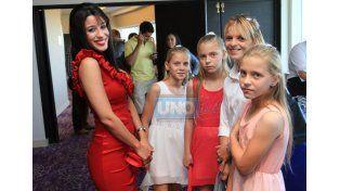 Paola Netto junto a las trillizas en la foto de los Destacados de UNO.
