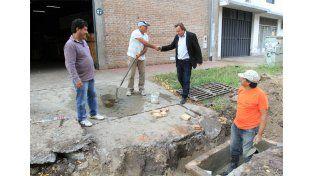 Caminata sabatina. Varisco dedicó la mañana de ayer a supervisar obras y hablar con los municipales.