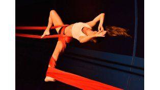 Marcela Rodríguez en el medio de su número de tela. Foto Gentileza Analia Alassia.
