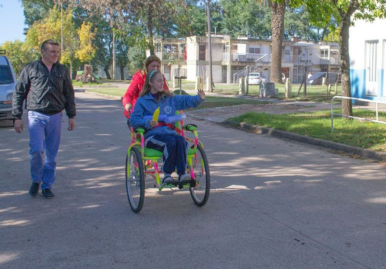El herrero solidario de Nogoyá donó una bici-silla a una escuela de Ramírez