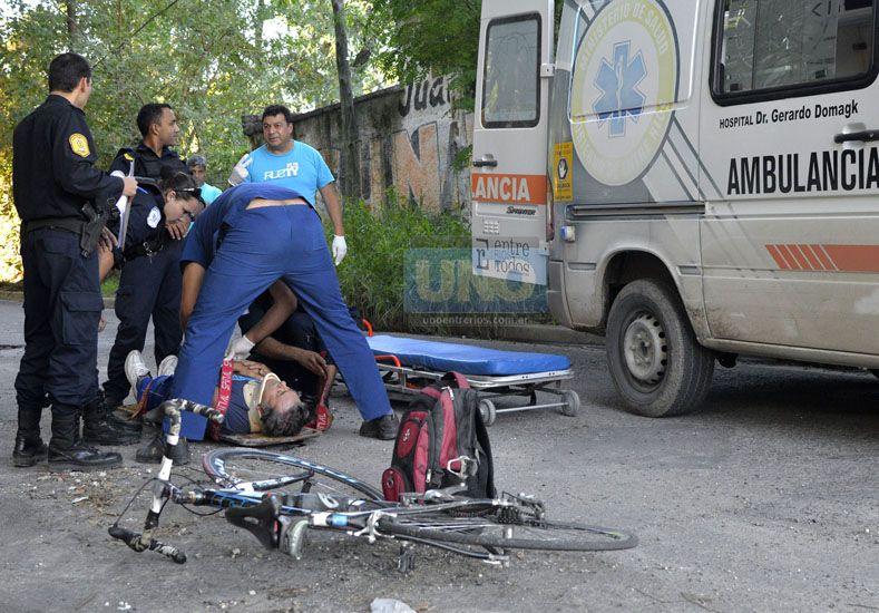 La bicicleta quedó tirada en el piso junto al ciclista que fue llevado al hospital San Martín. Foto UNO Mateo Oviedo.