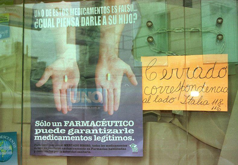 En 2002 una farmacia de Paraná colgó el cartel de cerrado hoy algunos vuelven a repetir la palabra. Foto UNO Archivo.