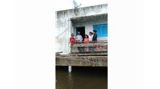 Aislados. Llegan en lancha para ayudar a los afectados.   Foto Gentileza/Municipaldiad de Villa Paranacito