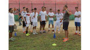 Javier trabajando con la Sub 20 en Colombia.