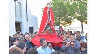 Concurrida. Los fieles llegaron hasta el barrio y participaron de una procesión que ya es tradición.    Foto UNO/Juan Manuel Hernández