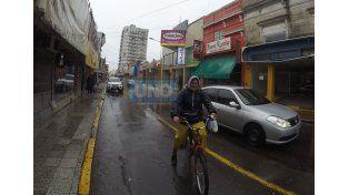 Ayer un ciclistas urbano dentro de la zona delimitada para que estacionen los autos. Tranquilamente puede ser usada como ciclovía. Foto UNO. Juan Manuel Kunzi.