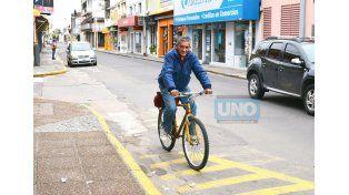 El ciclista urbano llegó hoy hasta la redacción de UNO porque es un fiel lector. Las líneas amarillas son para los autos pero bien se podrían utilizar como ciclovía. Foto UNO Juan Manuel Hernández.