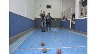 Lo nuevo. Aparte del piso flotante de la gente de básquet. Se pudo hacer canchas de bochas sintéticas en la entidad.   Foto UNO/Mateo Oviedo
