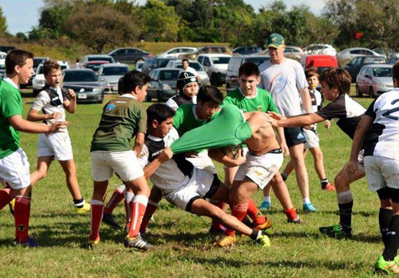 Aguantó. Un jugador del CAE prueba la resistencia de la camiseta de su colega del Verde.  FOTOS Gentileza/Prensa Rowing