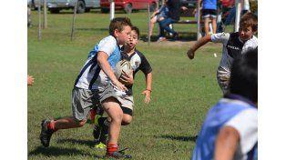 Sin descanso. Los chicos jugaron varios partidos durante la jornada del sábado. Después compartieron el tercer tiempo. FOTOS Gentileza/Prensa Rowing