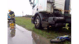 Un joven motociclista murió tras ser chocado por un camión