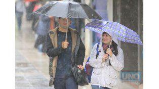 En el centro de Paraná da la sensación que la gente naturalizó la lluvia. Foto UNO Juan Ignacio Pereira.