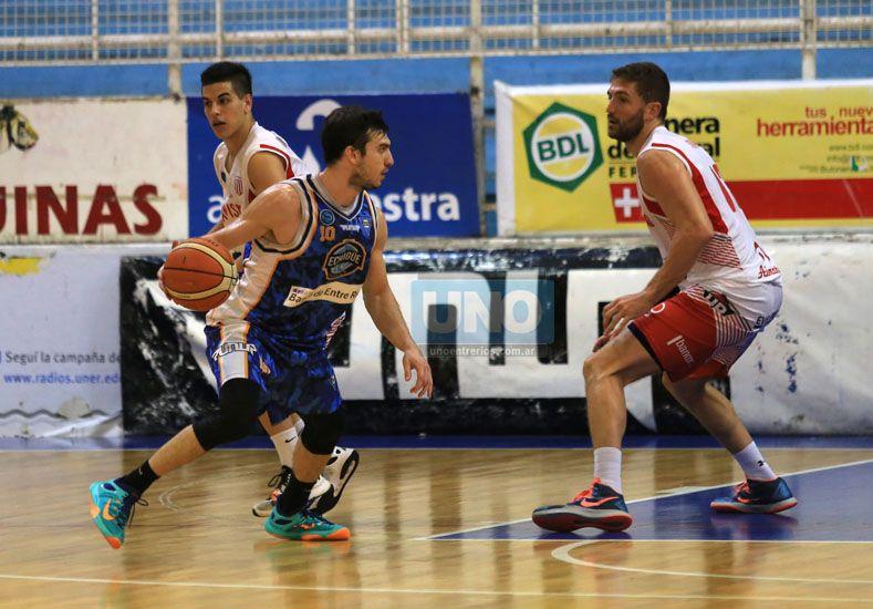Lisandro Ruiz Moreno fue clave en los dos aros. En ofensiva aportó 25 puntos para el triunfo del AEC. Foto UNO/Diego Arias