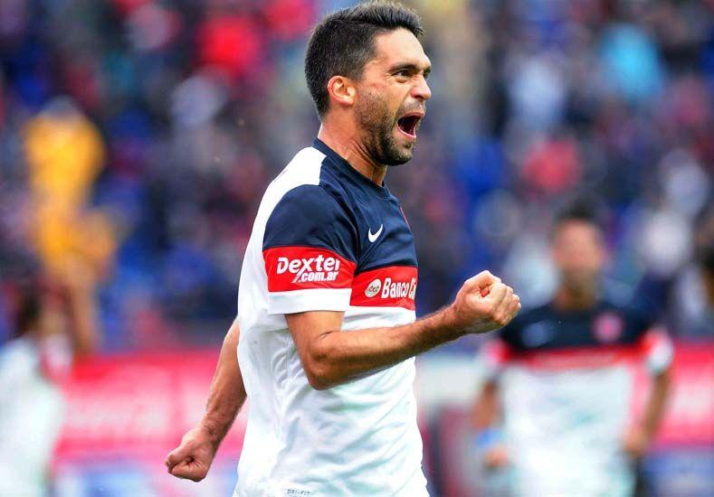 Caruzzo festeja su gol que sirvió para empatar el partido y calmar los nervios en las tribunas. Foto Télam.