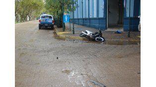 Un motociclista en grave estado tras un accidente bajo la lluvia