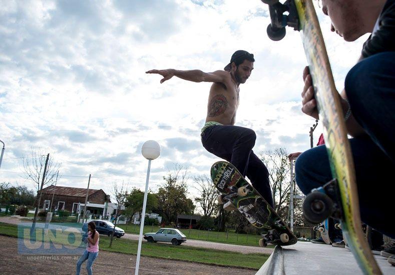 Nahuel Mancini de Paraná probando el miniramp en junio del año pasado. Foto Gentileza Agustín Zuttión.