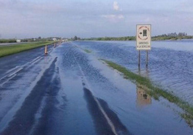 Cortan la autopista a Rosario por desborde del arroyo Colastiné