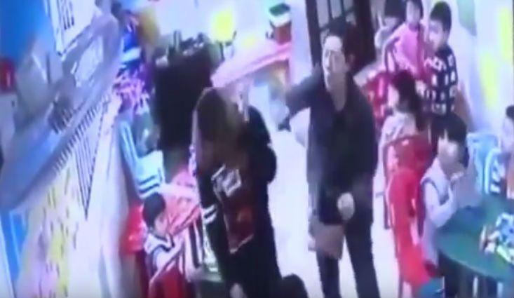 Una abuela castigó a la maestra que le pegó a su pequeña nieta.