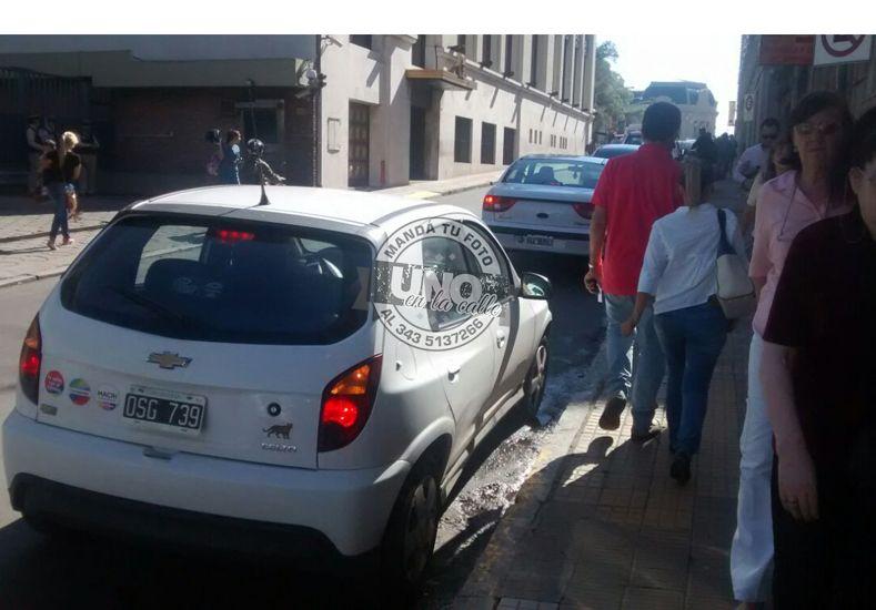 El auto con imágenes de Cambiemos estacionado en donde está prohibido.