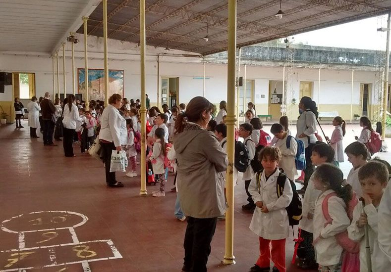Compromiso. Directivos y docentes trabajan en la contención.    Foto Gentileza/ Escuela Primera Junta