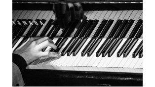 Hoy desde las 21 Mormandi interpretará las canciones en un piano de cola. Foto Facebook Mati Mormandi Pausa.