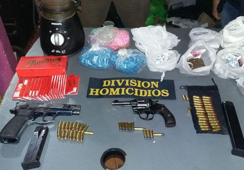 Las armas y la droga que portaban y consumían los soldaditos del Lomas II. Foto Policía.