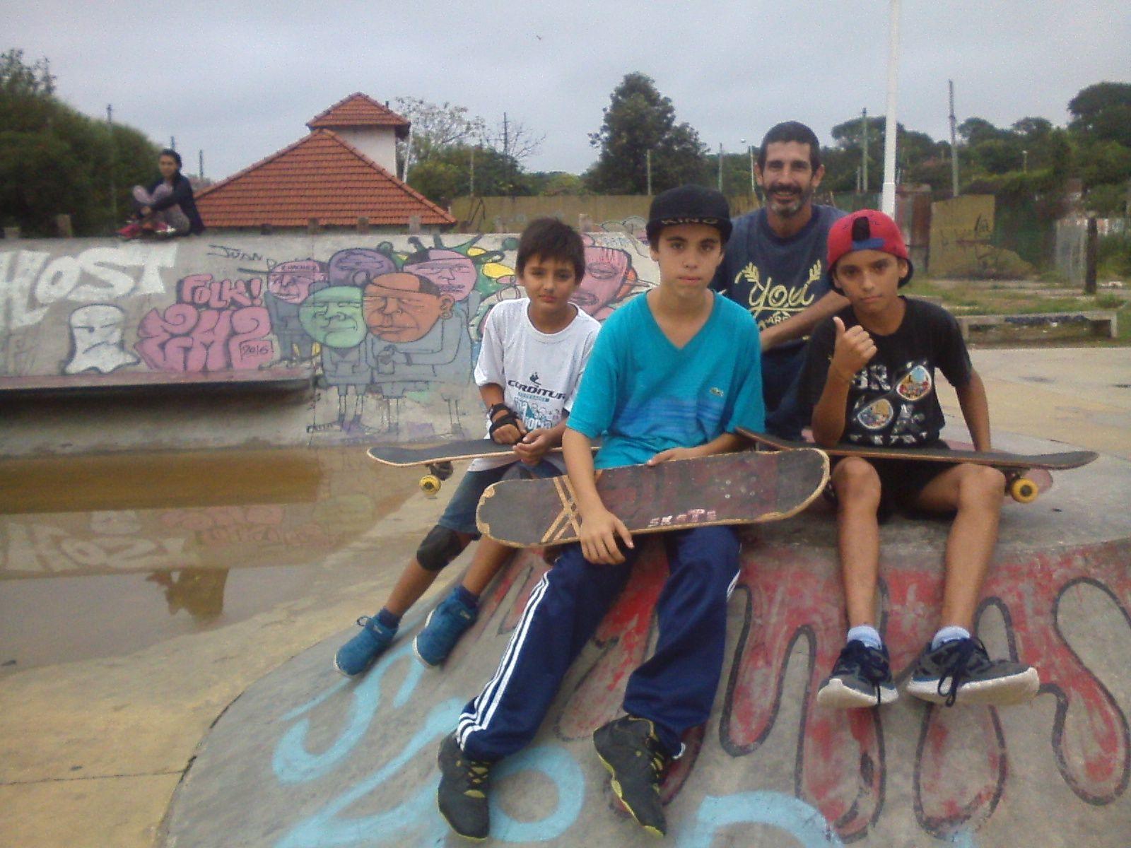 El sábado por la mañana la lluvia paró y se realizó la clase de la escuelita en el skatepark. Foto Gentileza.