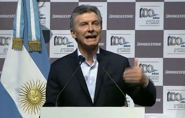 Macri recorrió la planta de neumáticos Bridgestone/Firestone y repudió el ataque a periodistas durante el acto de ayer frente a tribunales.
