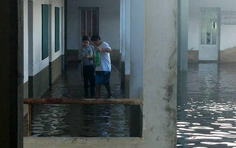 Chicos pescan en el patio de una escuela de Villa Paranacito