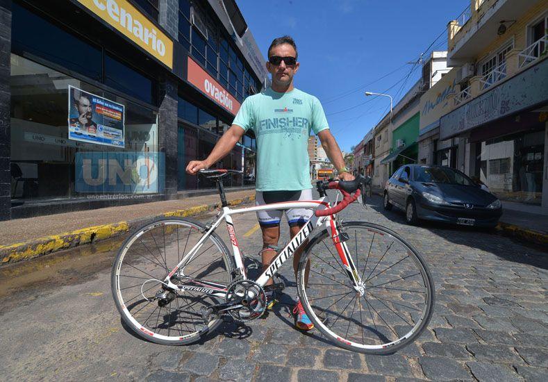 Fernando Luis Hairala además de ser un especialista en el entrenamiento deportivo se convirtió hace muchos años en un ciclista urbano. Foto UNO Juan Manuel Hernández.