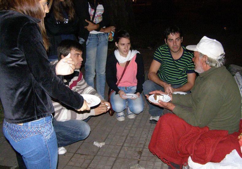 Por una vida más digna. Voluntarios acompañan y ayudan a quien no tiene hogar. Foto Gentileza/ Ayuda Urbana
