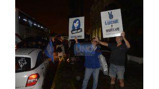 Militantes partieron este martes por la noche desde Paraná hacia Comodoro Py. Foto UNO/Mateo Oviedo