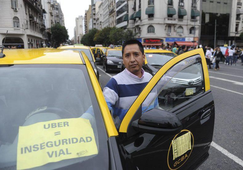 Taxistas cortaron calles en protesta contra Uber