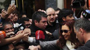 Cristina Kirchner salió de su departamento de Recoleta