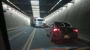 Se restableció el tránsito en el túnel tras el choque entre un camión un auto