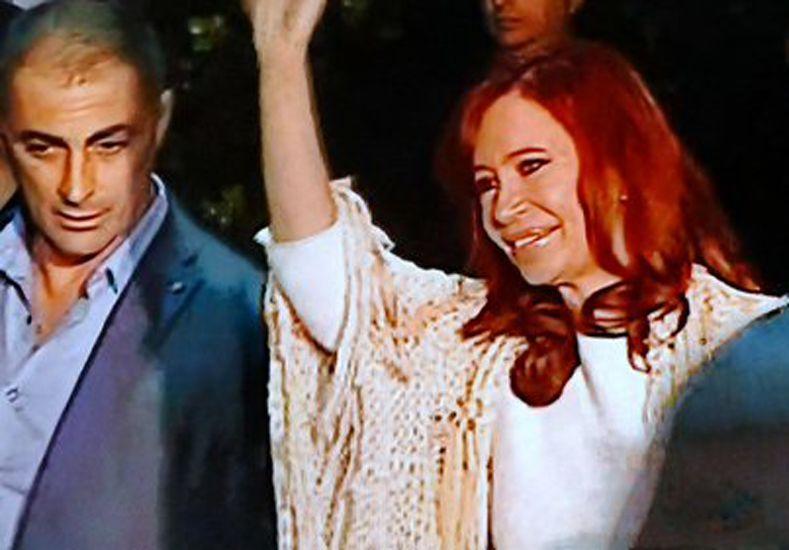 Cristina llegó a Buenos Aires para declarar y fue recibida por la militancia kirchnerista