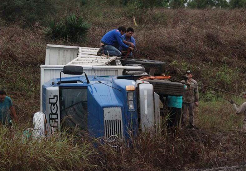 Un camión cargado de gaseosas tumbó en Ruta 32