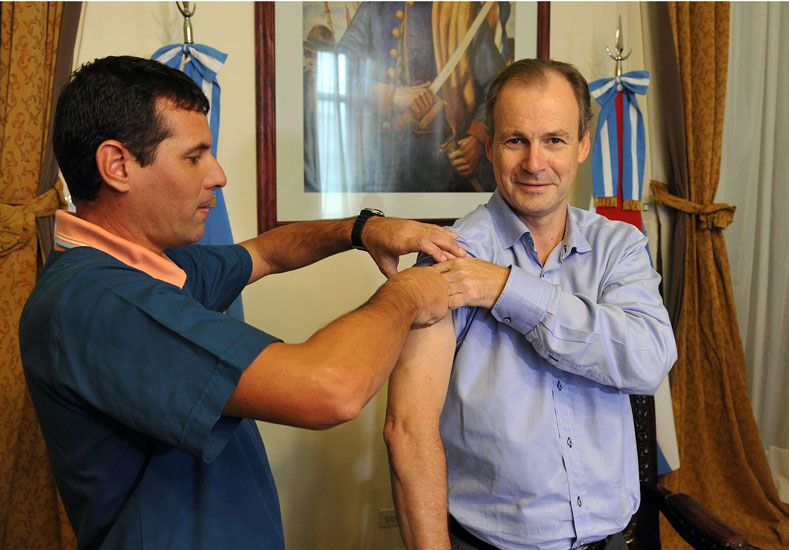 Bordet se vacunó en su despacho. (Foto: Prensa Gobernación)