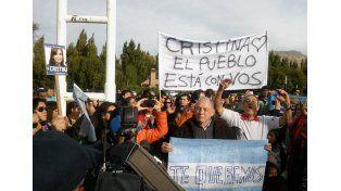 Carteles y cánticos frente a la casa de Cristina en Calafate