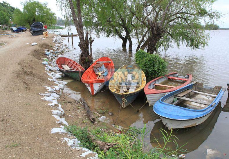 Los pescadores dejan las canoas en la costa porque cada vez es más caro salir a trabajar. Foto UNO Juan Ignacio Pereira.