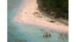 Rescataron a tres personas que escribieron ayuda en la arena de una playa desierta